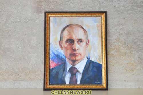 Никас Сафронов подарил мэру Челнов портрет Путина