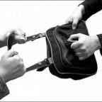 Грабитель вырвал сумку у женщины